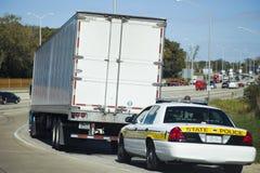 Semi le camion s'est arrêté par la patrouille de police d'état Photographie stock libre de droits