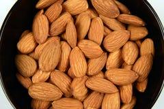 Semi nutrienti della mandorla in una ciotola su bianco fotografia stock libera da diritti