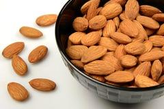 Semi nutrienti della mandorla in una ciotola su bianco fotografia stock