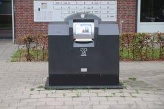 Semi ondergrondse huisvuilcontainer met prepaidkaartlezer waar het afval voor 1 euro per zak in Zuidplas Netherlan kan worden aan royalty-vrije stock foto's