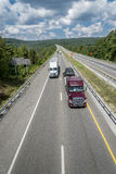 Semi os caminhões grandes viajam abaixo da estrada Imagem de Stock Royalty Free