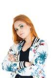Semi perfil de la muchacha con los brazos cruzados Muchacha Redheaded que lleva c Fotos de archivo libres de regalías