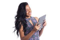 Semi perfil de la muchacha que usa una tableta Wearin brasileño negro de la muchacha imagen de archivo libre de regalías