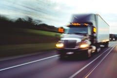 Semi przewozi samochodem na autostrady pojęciu z ruch plamą zdjęcia stock