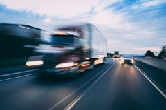 Semi przewozi samochodem na autostrady pojęciu z ruch plamą zdjęcia royalty free