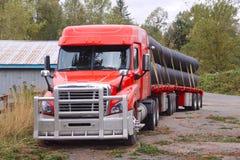 Semi przyczepy Z platformą ciężarówka Fotografia Royalty Free