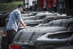 Semi recherche d'acheteur de camion photos libres de droits