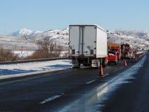 Semi retourné camion images libres de droits