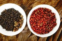 Semi rossi dei granelli di pepe e pepe nero Immagine Stock Libera da Diritti