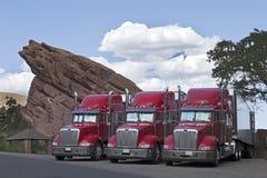 Semi samen Geparkeerde Vrachtwagens Stock Foto's