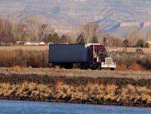 Semi sur I-70 dans la vallée grande Images stock