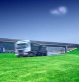Semi transporte grande do caminhão na estrada imagens de stock