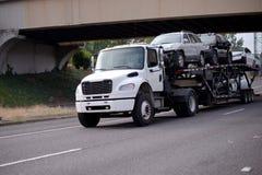 Semi véhicules de transport de taille moyenne de transporteur de voiture de camion sur la route images libres de droits
