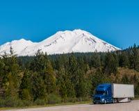 Semi vrachtwagen bergaf in Colorado stock foto's