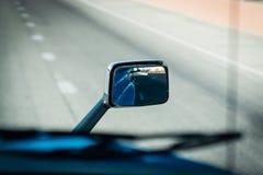 Semi vrachtwagen 18 de botsingsvermijden van de speculant zijspiegel Royalty-vrije Stock Fotografie