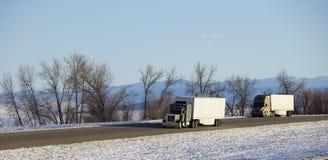 Semi vrachtwagen met aanhangwagen royalty-vrije stock afbeeldingen