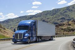 Semi vrachtwagen met aanhangwagen het drijven op weg royalty-vrije stock afbeelding