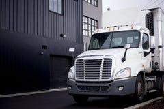 Semi vrachtwagen met ijskastaanhangwagen het leegmaken lading bij warehous Stock Afbeelding