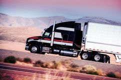 Semi Vrachtwagen op de Weg Royalty-vrije Stock Afbeeldingen
