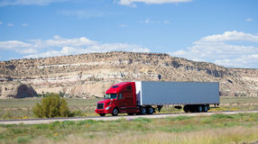 Semi-vrachtwagen op de weg in de woestijn Royalty-vrije Stock Fotografie