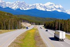 Semi vrachtwagen op de weg in het Nationale Park van Banff Royalty-vrije Stock Foto's