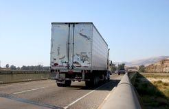 Semi vrachtwagen op snelweg Royalty-vrije Stock Afbeeldingen