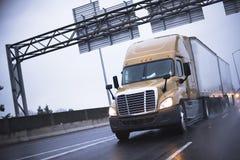 Semi vrachtwagen in regenende wegbezinning Stock Fotografie