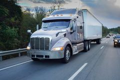 Semi vrachtwagen 18 speculant op weg Royalty-vrije Stock Foto