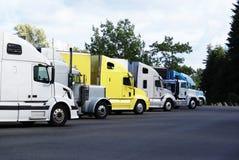 Semi-vrachtwagens in een parkeerplaats worden geparkeerd die. Royalty-vrije Stock Foto