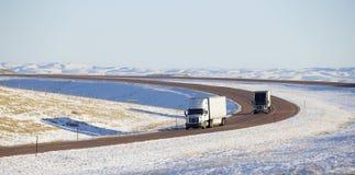 Semi vrachtwagens met aanhangwagen stock afbeelding
