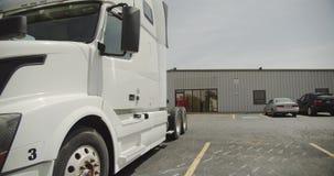 Semi Vrachtwagens op de Parkeerplaatsclose-up Vervoer en Logistiek Bewegingscamera stock video