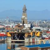 Semi Zanurzalny wiertniczy takielunek parkujący po środku stoczni Obrazy Royalty Free