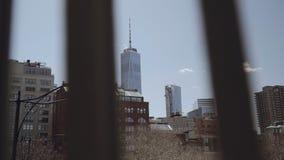 Semi zijschot die van Amerikaanse vlag in een kalme wind van een historisch financieel gebouw op Wall Street in Lager golven stock videobeelden