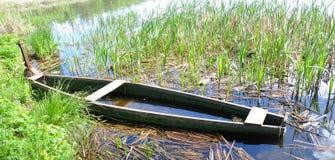 Semiflooded houten boot Stock Foto's