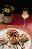 Semifreddo, uma sobremesa italiana semi-congelada, com o bolinho de amêndoa italiano tradicional Foto de Stock Royalty Free