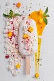 Semifredokokosnoot en mango Roomijs op een witte lei Royalty-vrije Stock Afbeelding