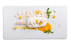 Semifredokokosnoot en mango Roomijs op een witte lei Royalty-vrije Stock Afbeeldingen