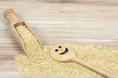 Semilla blanca orgánica de la quinoa, lat Chenopodium - quinoa en cuchara de madera Fotografía de archivo libre de regalías