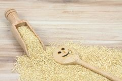 Semilla blanca orgánica de la quinoa, lat Chenopodium - quinoa en cuchara de madera Imágenes de archivo libres de regalías