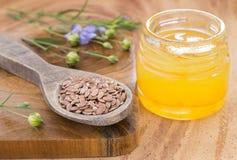 Semilla de lino y aceite - usitatissimum de Linum foto de archivo libre de regalías
