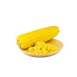 Semilla del maíz en el plato de madera aislado Foto de archivo