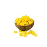Semilla del maíz en la taza de madera aislada Imagen de archivo