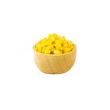 Semilla del maíz en la taza de madera aislada Imagenes de archivo