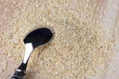 Semillas brotadas machacadas del trigo en un fondo de madera con una cuchara del metal fotos de archivo libres de regalías