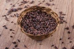 Semillas de cacao en una cesta Fotografía de archivo