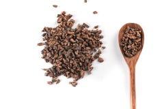 Semillas de cacao en una cuchara Foto de archivo