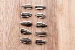 Semillas de girasol en de madera Imagenes de archivo