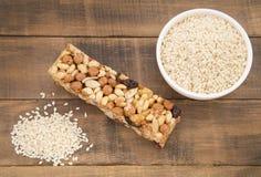 Semillas de la barra orgánica del sésamo y del cereal Fotografía de archivo