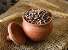 Semillas de la quinoa en cuenco en la madera imagen de archivo