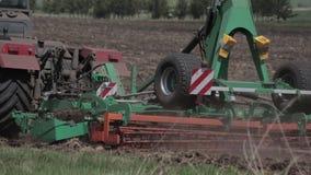 Semillas de la siembra de la máquina de la agricultura y campo de la cultivación almacen de metraje de vídeo